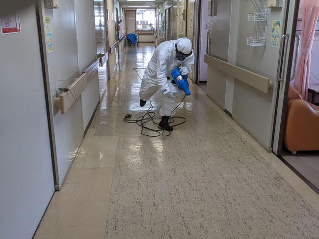 床の消毒作業