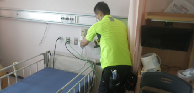 病院での消毒作業